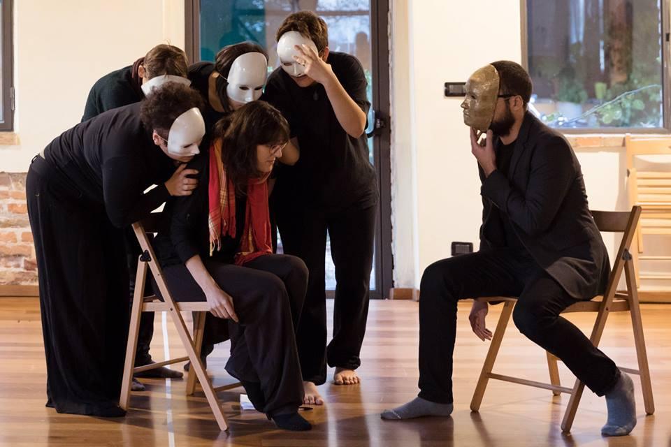 (Italiano) Monocromo Spettacolo di Teatro Forum